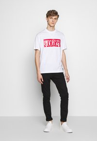 Versace Jeans Couture - BASIC LOGO REGULAR FIT - T-shirt imprimé - white / red - 1