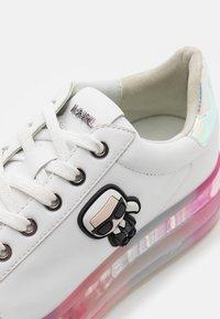KARL LAGERFELD - KAPRI KUSHION IKONIC LACE - Sneakersy niskie - white/iridescent - 6