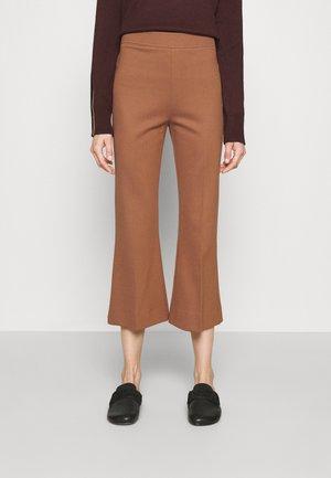 KICK FLARE TROUSER - Spodnie materiałowe - cinnamon brown