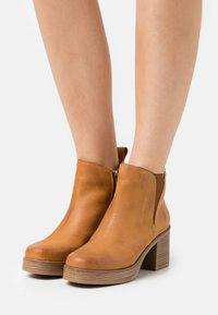 mtng - NAIARA - Kotníkové boty na platformě - brown - 0