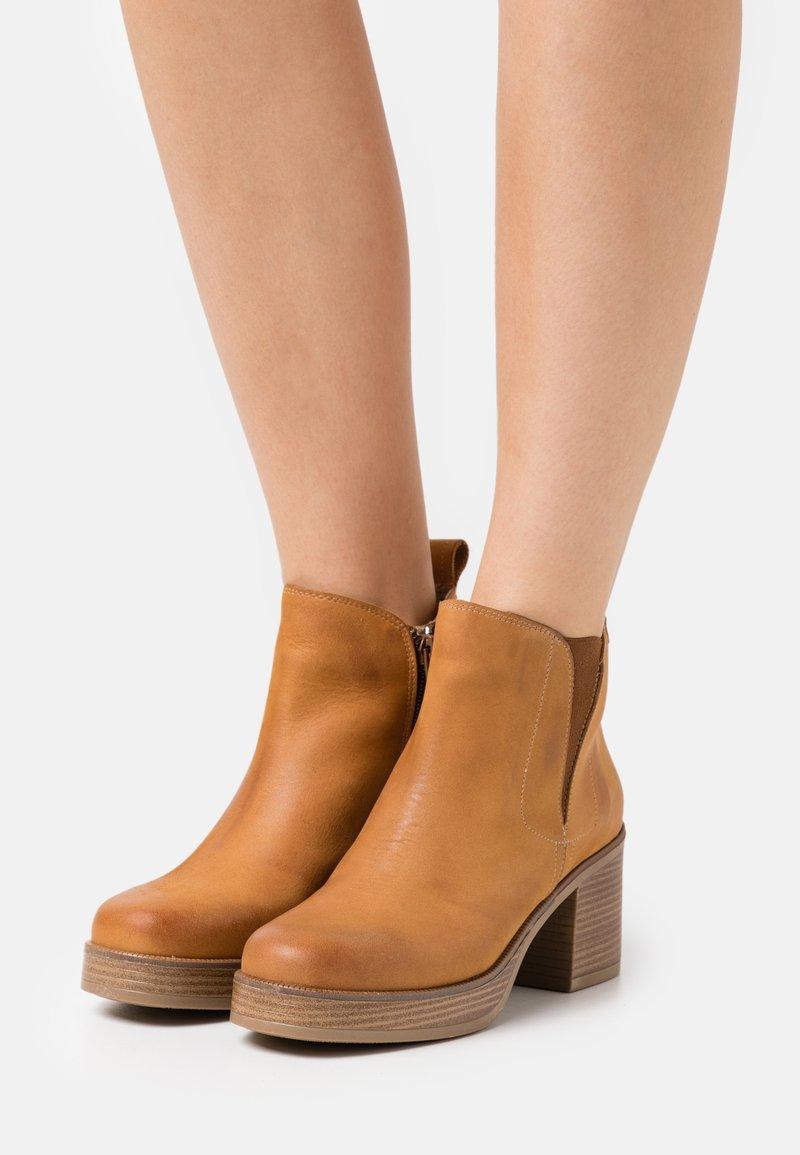 mtng - NAIARA - Kotníkové boty na platformě - brown
