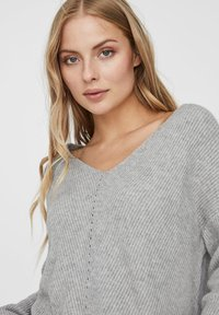Vero Moda - V-AUSSCHNITT - Jumper - light grey melange - 3