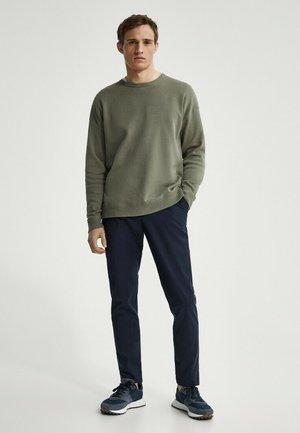 MIT RUNDAUSSCHNITT - Sweatshirt - green