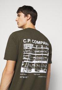 C.P. Company - SHORT SLEEVE - Triko spotiskem - ivy green - 5