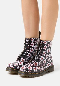 Dr. Martens - 1460 PASCAL - Lace-up ankle boots - black/red pansy fayre vintage smooth - 0