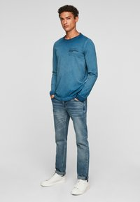 QS by s.Oliver - MIT RELIEFDRUCK - Long sleeved top - blue - 1