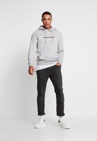 Tommy Jeans - STRAIGHT LOGO HOODIE - Hoodie - grey - 1