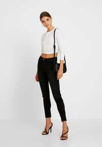 Missguided - BUTTON FRONT LONG SLEEVE CROP - Langærmede T-shirts - white - 1