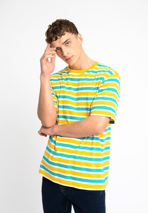 OVERSIZED TEE UNISEX - Print T-shirt - yellow