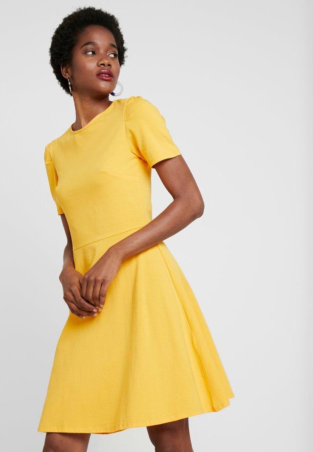 TUCK SLEEVE FIT AND FLARE - Žerzejové šaty - dark yellow