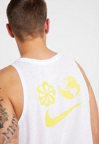 Nike Performance - RISE TANK ARTIST - Funktionströja - white/chrome yellow/reflective silver - 3
