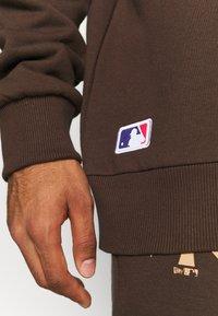 New Era - MLB NEW YORK YANKEES OVERSIZED SEASONAL COLOUR HOODY - Klubové oblečení - midnight brown - 6