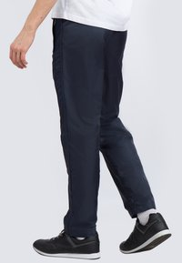 Finn Flare - Tracksuit bottoms - dark blue - 2