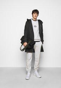 Han Kjøbenhavn - ARTWORK CREW - Sweatshirt - grey melange/black - 1