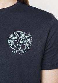 Les Deux - ASISSI - Print T-shirt - dark navy - 5