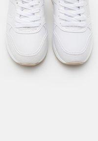 Guess - MOTIV - Sneakersy niskie - white - 5