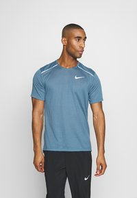 Nike Performance - BREATHE RISE  - Camiseta estampada - thunderstorm/reflective silver - 0