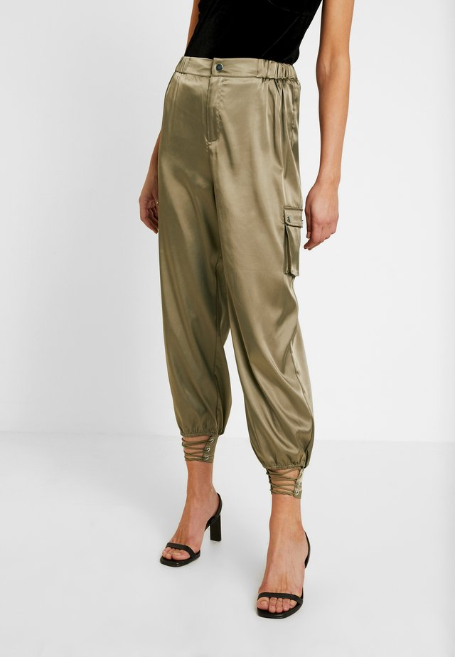 PANTS WITH CARGO POCKET DETAIL - Trousers - olive