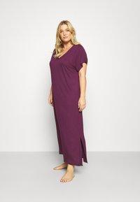 Evans - PURPLE V-NECK VISCOSE LONG NIGHTDRESS - Noční košile - purple - 0