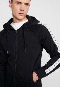 Calvin Klein Jeans - MONOGRAM TAPE ZIP THROUGH - Bluza rozpinana - black - 4