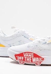 Vans - ULTRARANGE  - Trainers - white/yellow - 7