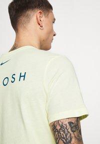 Nike Sportswear - Print T-shirt - luminous green/white/blue force - 5