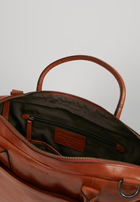 Royal RepubliQ - EXPLORER LAPTOP BAG SINGLE - Portfölj - cognac - 4