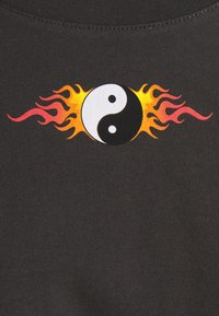 Even&Odd - CLARE YIN YANG FLAMES SMALL PRINT TEE / 801 - ANTHRACITE - Print T-shirt - anthracite - 5
