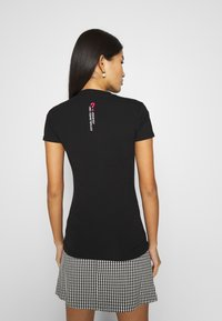 Guess - CALLISTA  - T-shirt con stampa - jet black - 2