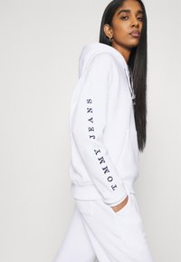 Tommy Jeans - BOX FLAG HOODIE - Sweat à capuche - white - 3