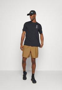 Under Armour - GRAPHIC SHORTS - Pantalón corto de deporte - yellow ochre - 1