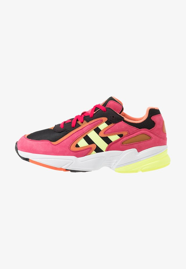 YUNG-96 CHASM TORSION SYSTEM RUNNING-STYLE - Zapatillas - core black/hi-res yellow/pink