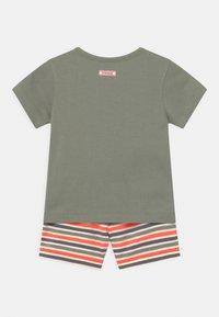 Staccato - SET - Print T-shirt - khaki/orange - 1