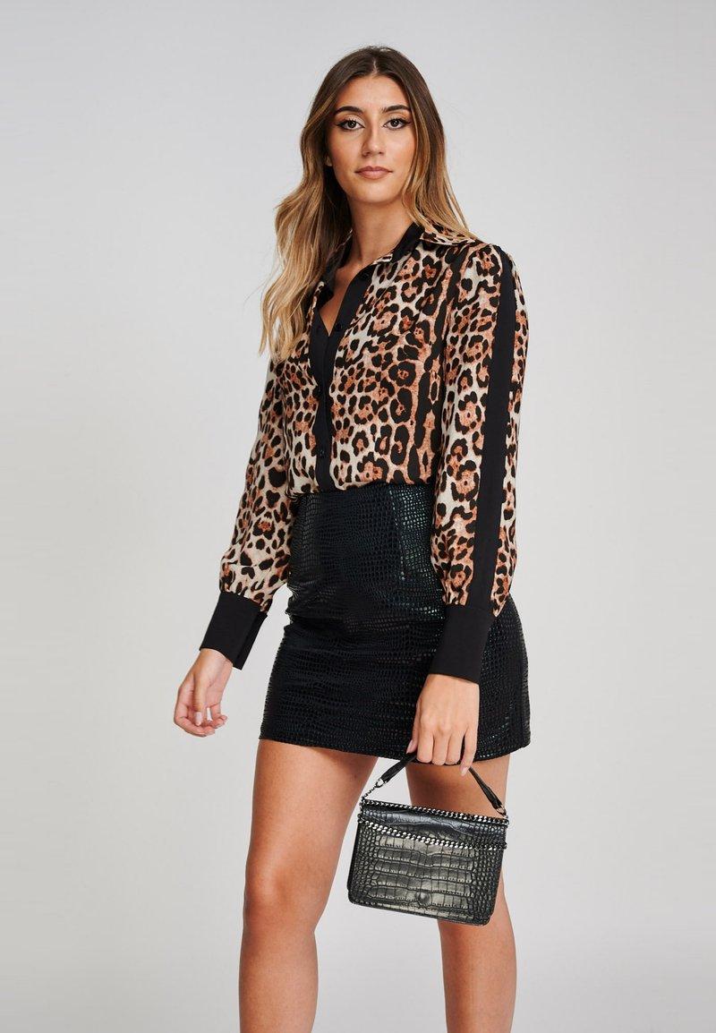 Yan Neo London - Button-down blouse - mottled brown