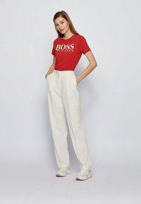 BOSS - ELOGO - Print T-shirt - red - 1