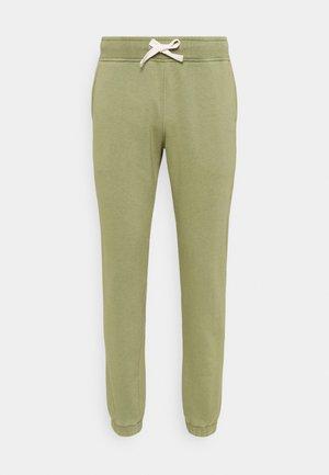 SPORT LOGO PANTS - Teplákové kalhoty - oil green