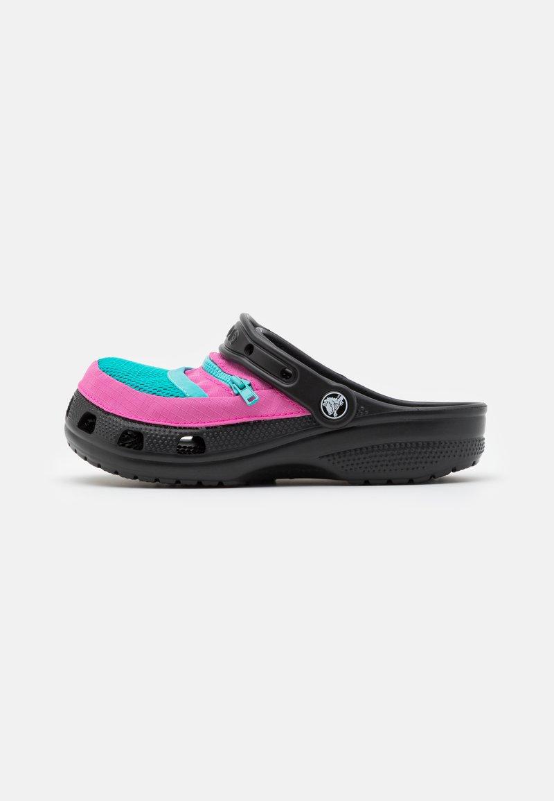 Crocs - CLASSIC VENTURE PACK UNISEX - Drewniaki i Chodaki - black/electric pink