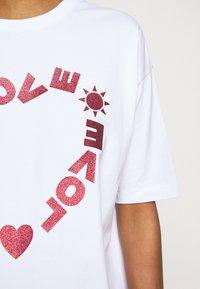 Love Moschino - Sukienka z dżerseju - optical white - 4