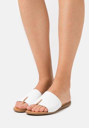 ACHO - Sandály s odděleným palcem - white