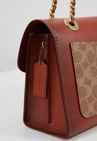 Coach - COLORBLOCK SIGNATURE PARKER SHOULDER - Handbag - rust - 5
