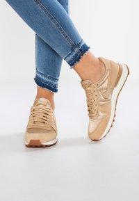 Nike Sportswear - INTERNATIONALIST - Baskets basses - sail/med brown - 0