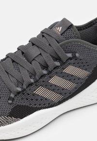 adidas Performance - FLUIDFLOW 2.0 - Sportschoenen - core black/champagne metallic/grey - 5