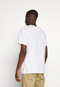 Levi's® - HOUSEMARK GRAPHIC TEE - T-shirts print - white - 2