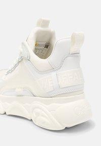 Buffalo - VEGAN CHAI  - Sneakersy niskie - white - 7