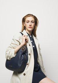 MICHAEL Michael Kors - LILLIE CHAIN TOTESMALL - Handbag - navy - 0