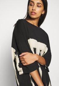 Weekday - HUGE DRESS - Žerzejové šaty - black tie dye - 5