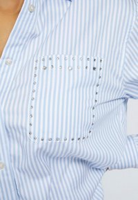 Guess - POPELINE - Button-down blouse - mehrfarbig/weiß - 3