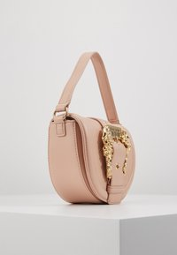 Versace Jeans Couture - BAROQUE BUCKLE HALF MOON - Kabelka - naked pink - 3