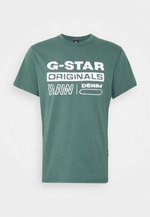 WAVY LOGO ORIGINALS ROUND SHORT SLEEVE - T-shirt con stampa - compact jersey o peach - jungle