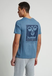 Hummel - HMLTORONTO  - Print T-shirt - china blue - 2